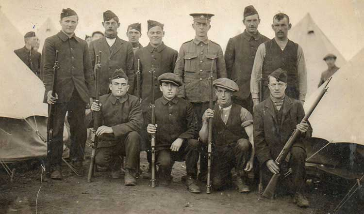 photo of Herbert Sims with fellow soldiers in Ww1